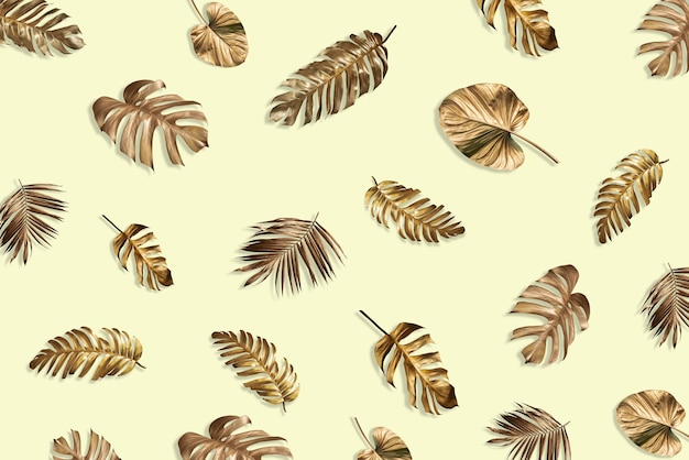 Kreatywny układ tropikalnego złotego liścia monstera na pastelowym tle minimalny pomysł na letnią nowość