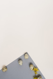 Kreatywny układ wielkanocny jaj przepiórczych na geometrycznym tle szarym i białym. skopiuj miejsce