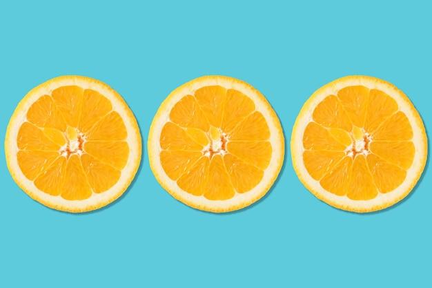 Kreatywny układ wykonany z pomarańczy.