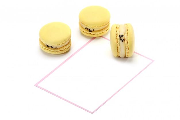 Kreatywny układ wykonany z żółtych makaroników na białej ścianie. leżał płasko. koncepcja żywności.