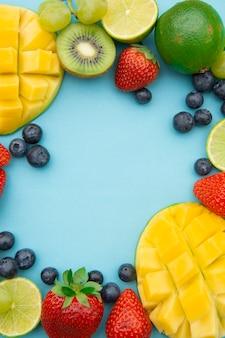 Kreatywny układ z letnich owoców, ramka.