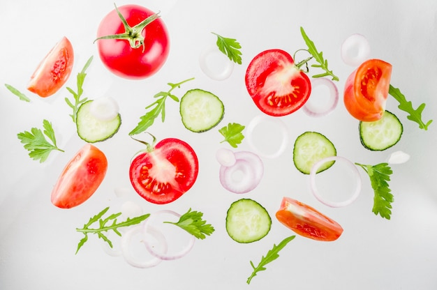 Kreatywny układ ze świeżymi składnikami sałatki