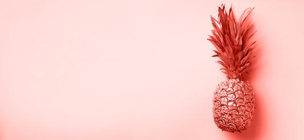 Kreatywny układ. złocisty ananas na tle z kopii przestrzenią. widok z góry. leżał tropikalny mieszkanie. koncepcja egzotycznych potraw, szalony trend