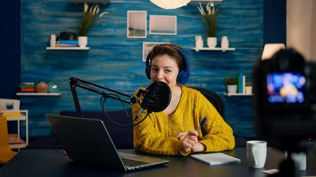 Kreatywny vloger nagrywa podcast za pomocą stacji produkcyjnej w domowym studiu. kreatywny program online produkcja na żywo gospodarz transmisji internetowej przesyłający treści na żywo, cyfrowa komunikacja w mediach społecznościowych