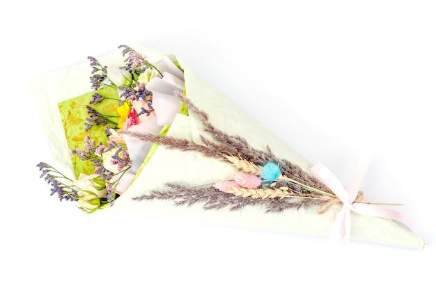 Kreatywny wakacyjny bukiet świeżych i suszonych kwiatów