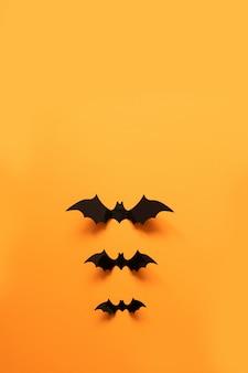 Kreatywny widok z góry płaski świeci jesień halloweenowa kompozycja czarnych papierowych nietoperzy unosi się w górę
