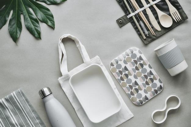 Kreatywny widok z góry, zestaw na lunch bez odpadów, zestaw na wynos na bawełnianej torbie, organizer na bambusowe sztućce, bambusowe pudełko na lunch i kubek wielokrotnego użytku.