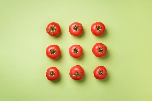 Kreatywny wzór czerwonych pomidorów. minimalistyczny design. koncepcja wegetariańska, wegańska, ekologiczna i alkaliczna