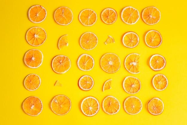 Kreatywny wzór suszonych plasterków pomarańczy. geometryczny wzór plasterków pomarańczy na kolor