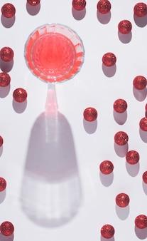Kreatywny wzór wykonany ze szkła szampańskiego i brokatu