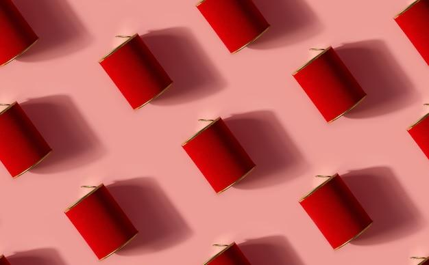Kreatywny wzór z metalowych puszek z czerwonym