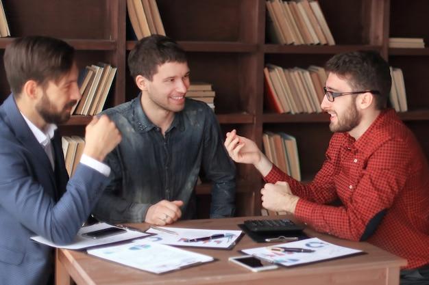 Kreatywny zespół omawiający nowe pomysły w biurze
