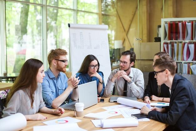 Kreatywny zespół profesjonalistów przy stole