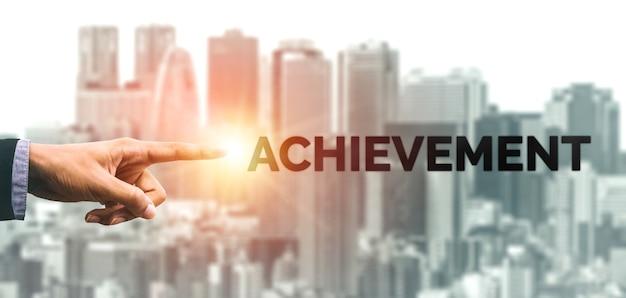 Kreatywnych ludzi biznesu osiągnięcie i koncepcja sukcesu celu biznesowego.