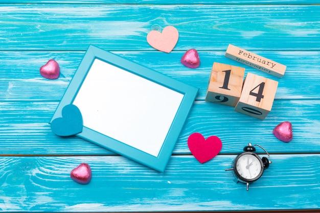 Kreatywnych walentynki romantyczna kompozycja płaskie leżał widok z góry miłość wakacje uroczystości czerwone serce kalendarz data
