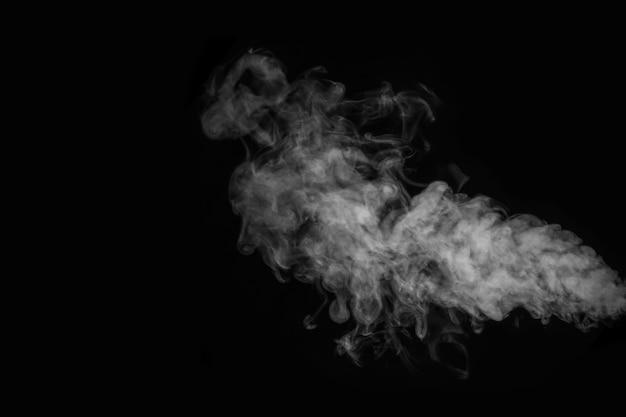 Kręcone białe pary, mgła lub dym na białym tle przezroczysty efekt specjalny na czarnym tle. streszczenie mgła lub smog tło, element projektu obrazu, układ do kolaży.
