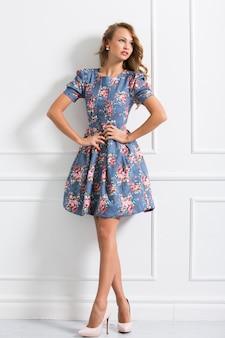 Kręcone dziewczyna w pięknej sukni