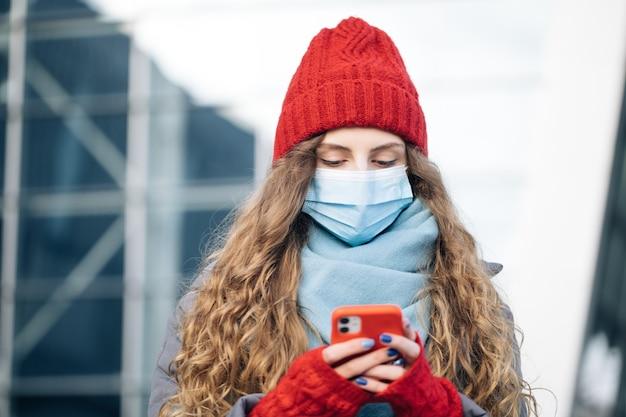 Kręcone kobieta stojąca na zimowej ulicy.
