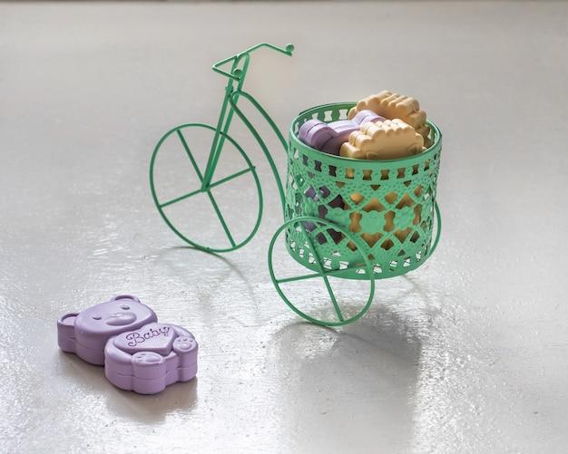 Kręcone mydło dla dzieci w fioletowych i żółtych kolorach w ozdobnym rowerze
