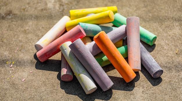 Kreda w różnych kolorach z bliska, tęczowy kolorowy pastel kredowy dla dzieci w wieku przedszkolnym, dziecko stacjonarne do edukacji malarstwa artystycznego, flaga równości lub dumy gejowskiej lgbt lub piękna koncepcja życia