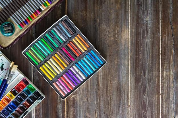 Kredki akwarelowe i kolorowe