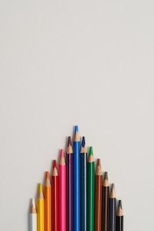 Kredki na białym tle. koncepcja biznesowa przywództwa