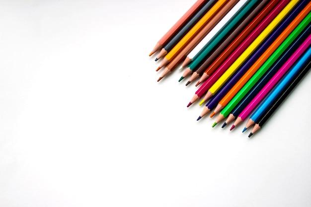 Kredki na białym tle. zamknij się. szkoła, artykuły biurowe. kreatywność, rysunek, design, pomysł.