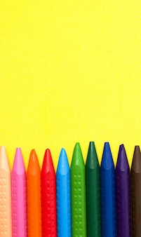 Kredki w różnych kolorach. koncepcja rysunku