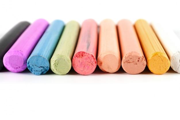 Kredki w różnych kolorach ułożonych