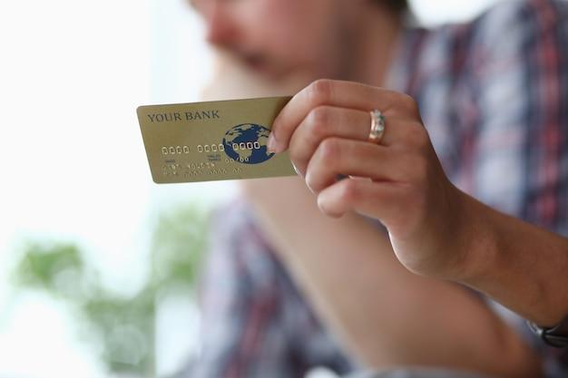 Kredytowa plastikowa karta bankowa w ręce mężczyzny