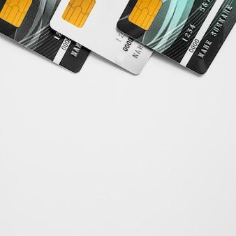 Kredytowy carsd na bielu stole z copyspace.