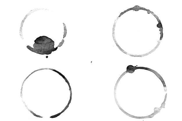 Kręgi atramentu na białym tle