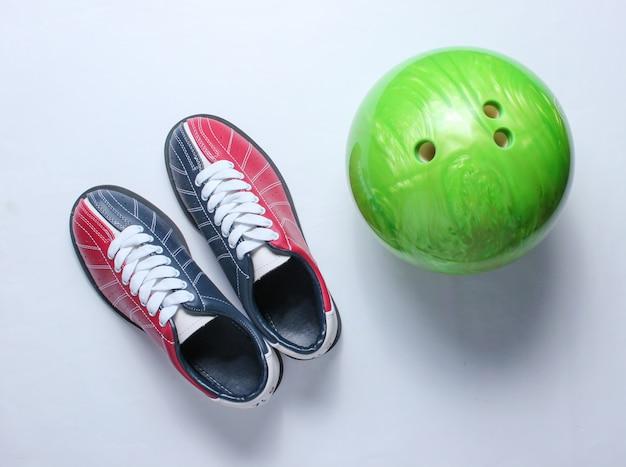 Kręgle buty i kręgle piłka na bielu.