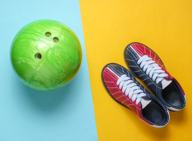 Kręgle buty i piłka do kręgli na niebieski żółty.
