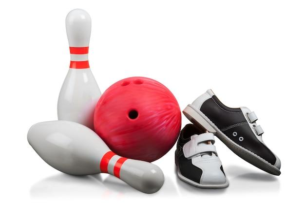 Kręgle, czerwona kula do kręgli i buty do kręgli - na białym tle