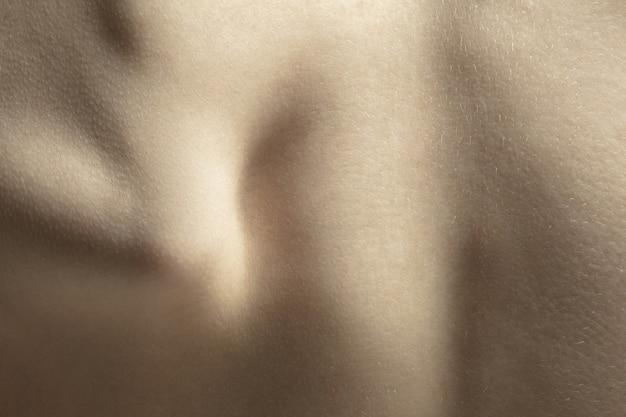 Kręgosłup. szczegółowa tekstura ludzkiej skóry. bliska strzał młodego kaukaski kobiecego ciała.