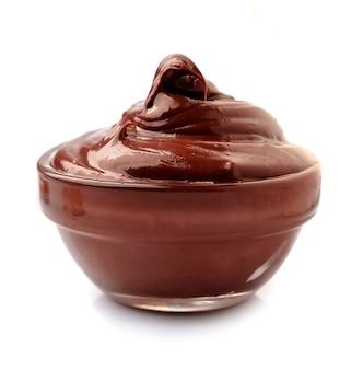 Krem czekoladowy w szklanej płytce na białym tle.