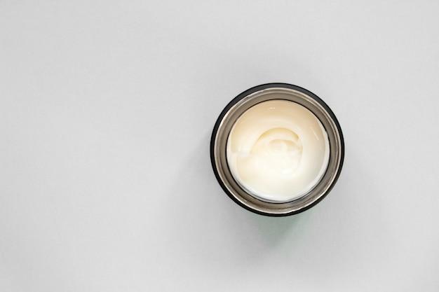 Krem do smarowania ze śluzem ślimaka w czarnym pojemniku. balsam do twarzy lub ciała. ochrona skóry.