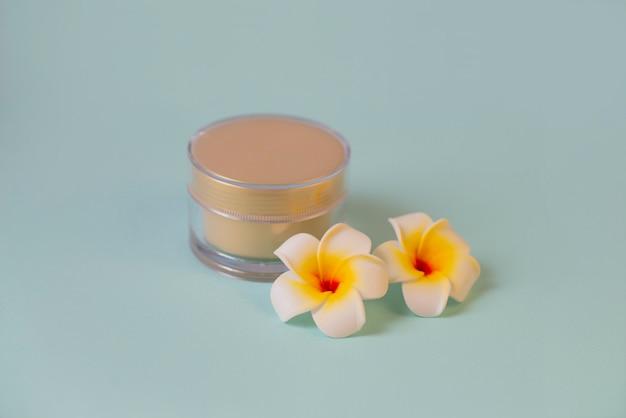 Krem do twarzy w słoiku kosmetyk do skóry z kwiatami mango