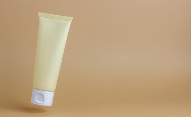 Krem kosmetyczny w tubce. kosmetyki naturalne. ochrona skóry.
