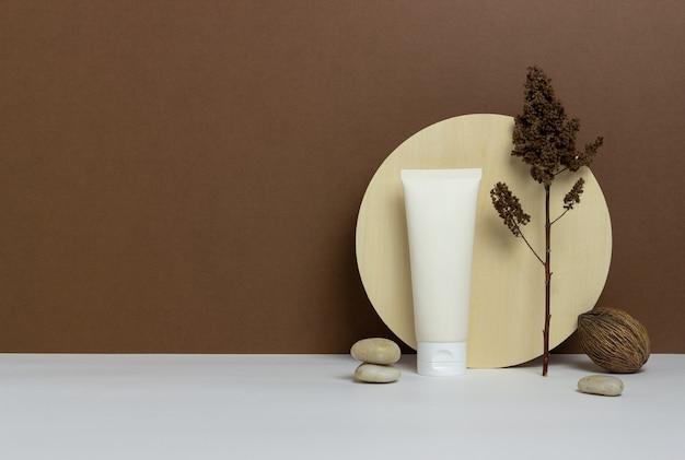 Krem kosmetyczny w tubie na brązowym tle. kosmetyki naturalne. ochrona skóry. makieta. skopiuj miejsce.