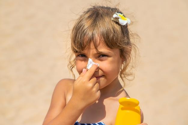 Krem przeciwsłoneczny na skórę dziecka. selektywna ostrość. natura.