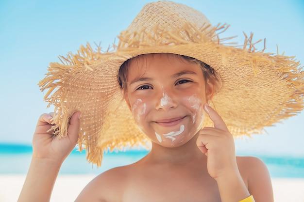 Krem przeciwsłoneczny na skórze dziecka