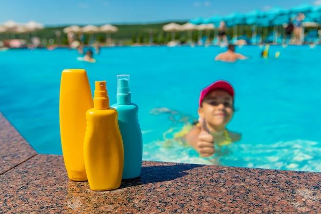 Krem przeciwsłoneczny przy basenie dla dzieci. selektywne skupienie.