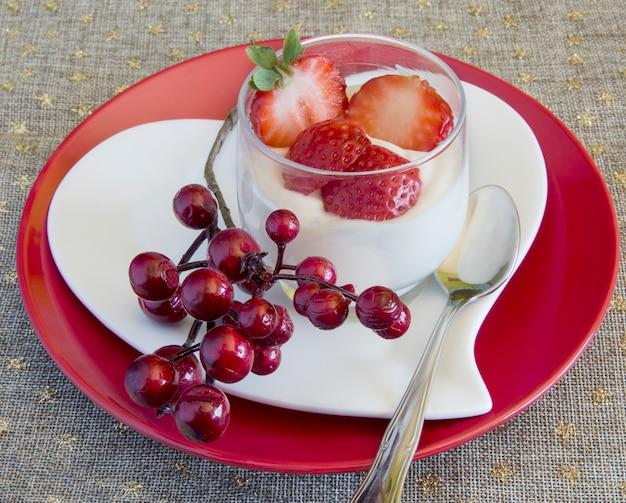 Krem z białej czekolady z truskawkami