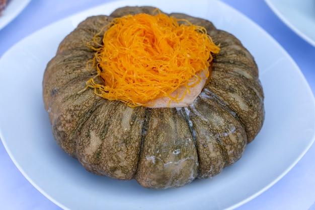 Krem z dyni. tajski tradycyjny deser. wymieszaj jajka z cukrem, mlekiem kokosowym, pandan i wlej przygotowaną dynię i gotuj na parze na dużym ogniu, aż będą ugotowane. ścieśniać
