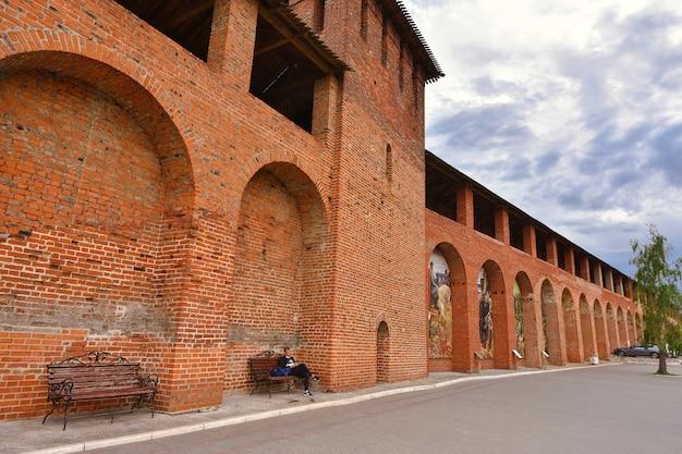 Kreml w kołomnie, czerwona forteca, czerwony mur, cegła dawnej fortyfikacji