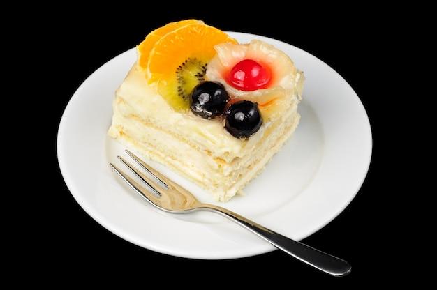 Kremowa tarta z owocami na wierzchu