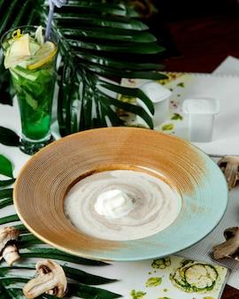 Kremowa zupa grzybowa na szerokim talerzu
