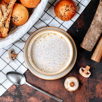Kremowa zupa grzybowa ze śmietaną na stole
